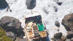 花蓮巨浪打翻漁船 船長失蹤4人獲救