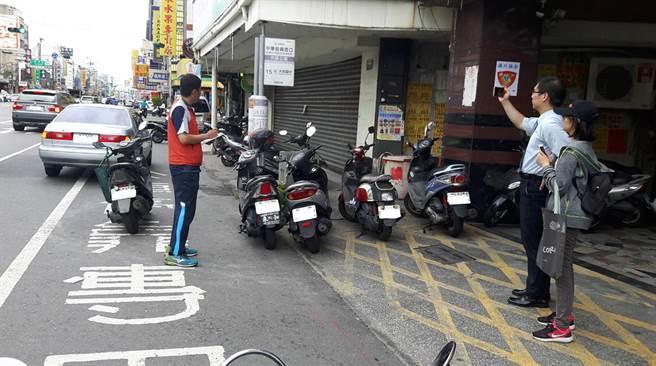 台南市政府交通局加強公車停靠區違規停車稽查。(交通局提供)