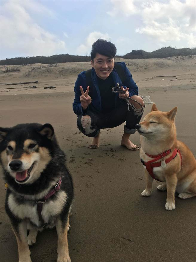 馬俊麟與他的兩隻柴犬。(民視提供)