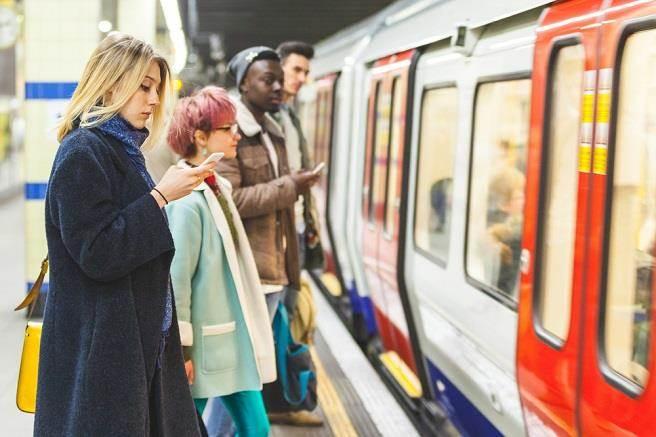 有學者認為,不少人會利用通勤時間工作,因此,這段時間也應該算入工時。(示意圖/達志影像/shutterstock提供)
