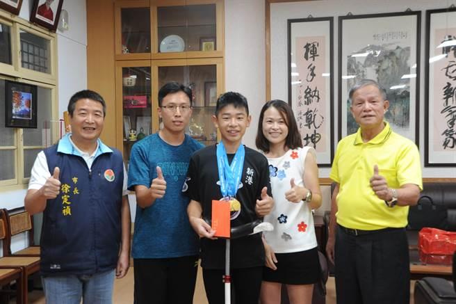 苗栗市長邱炳坤(右)與頭份市長徐定禎(左),為獨輪小子劉佳穎加油打氣。(陳慶居攝)