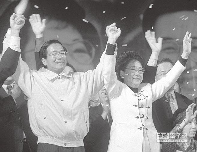 2000年,陳水扁與呂秀蓮當選總統、副總統後向民眾致意。(本報系資料照片)