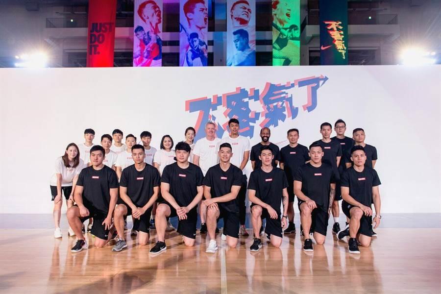 中華男籃和女籃隊出席運動品牌活動,胡瓏貿(前排左四)分享場上應戰心情。(Nike提供)