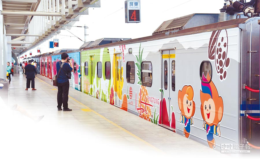 台鐵優化列車首航,不少乘客利用手機、相機拍下彩繪列車身影。(林和生攝)