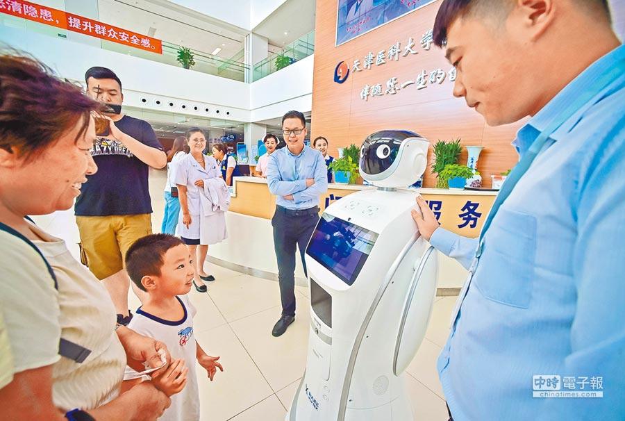 8月23日,天津首台醫療智慧導診機器人,在天津市總醫院空港醫院正式上崗工作。(中新社)
