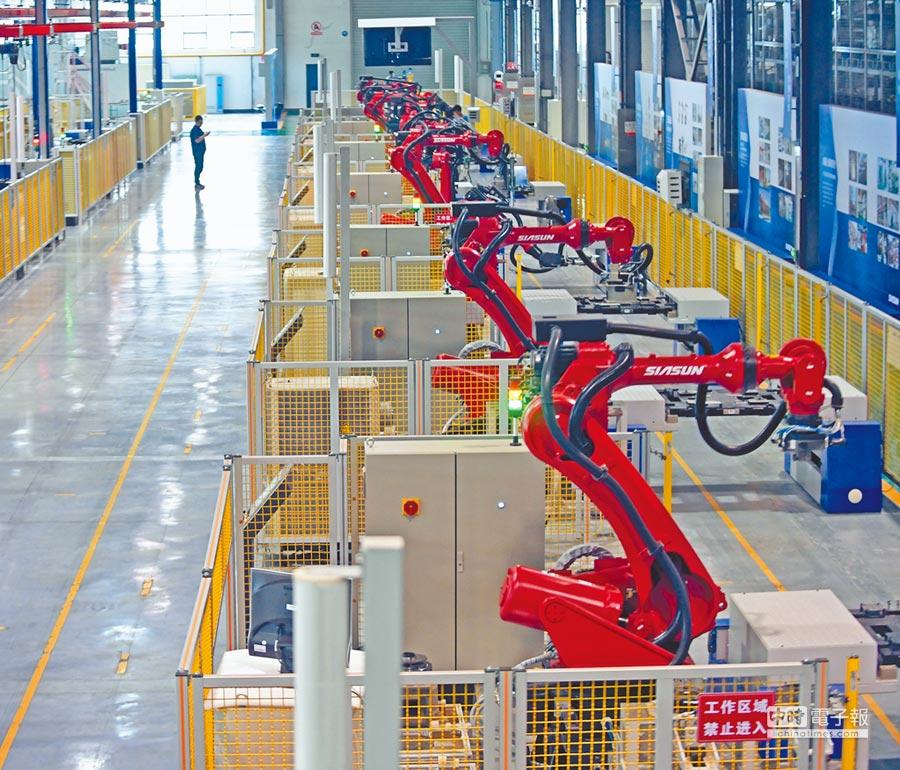 2017年6月6日,瀋陽新松機器人自動化公司工業機器人生產線。(新華社資料照片)