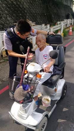 老翁電動車「倒退嚕」 員警這樣做路人比讚