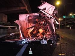 國道追撞貨櫃車 小貨車駕駛斷腿亡