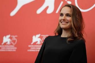 娜塔莉波曼沒架子 威尼斯紅毯替年輕女星整裙
