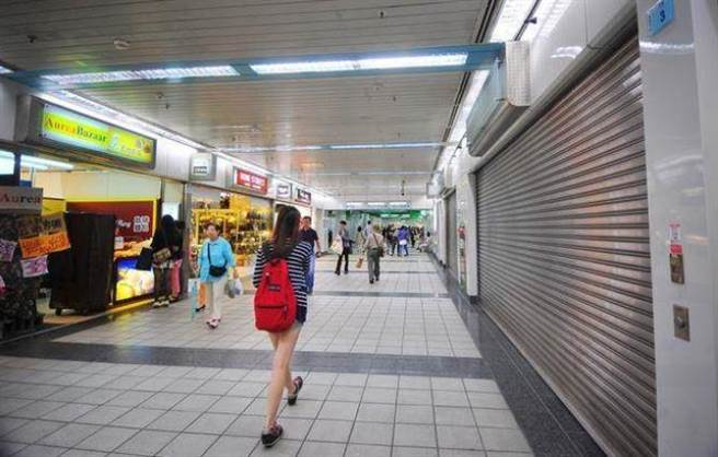 景氣差,不少店家受不了成本壓力,拉下鐵門結束營業。(本報系資料照片)