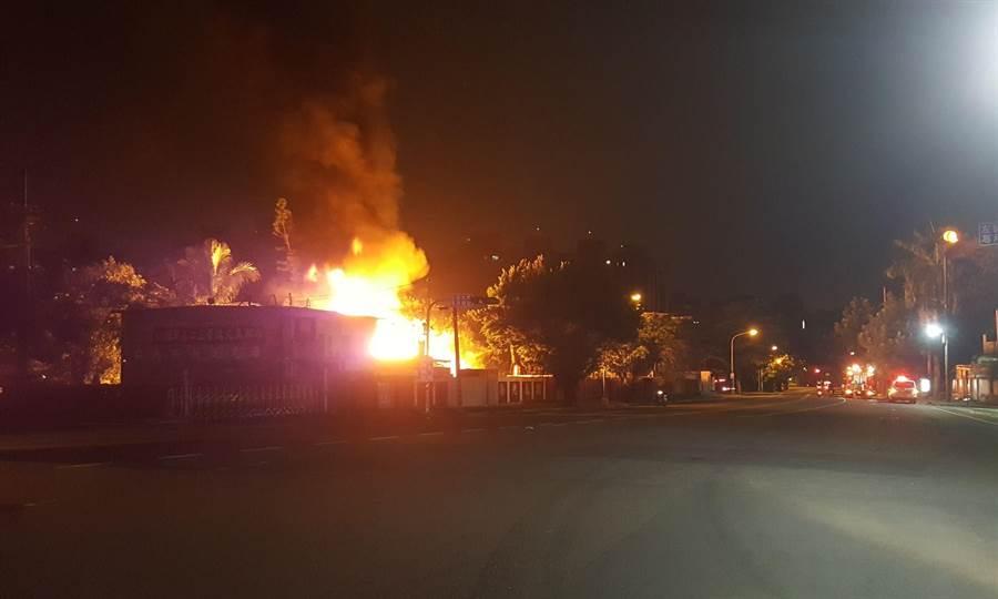 位於高雄市左營區南大路的海光瓦斯供應站5日凌晨2時許驚傳爆炸,消防局人員到場搶救。(林瑞益翻攝)