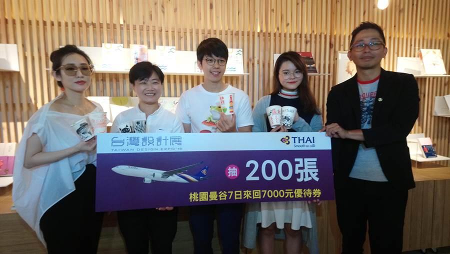 台中市文化局主秘楊懿珊(左二)今日歡迎民眾、踴躍參加「台中印象彩繪杯」活動。(圖/曾麗芳)