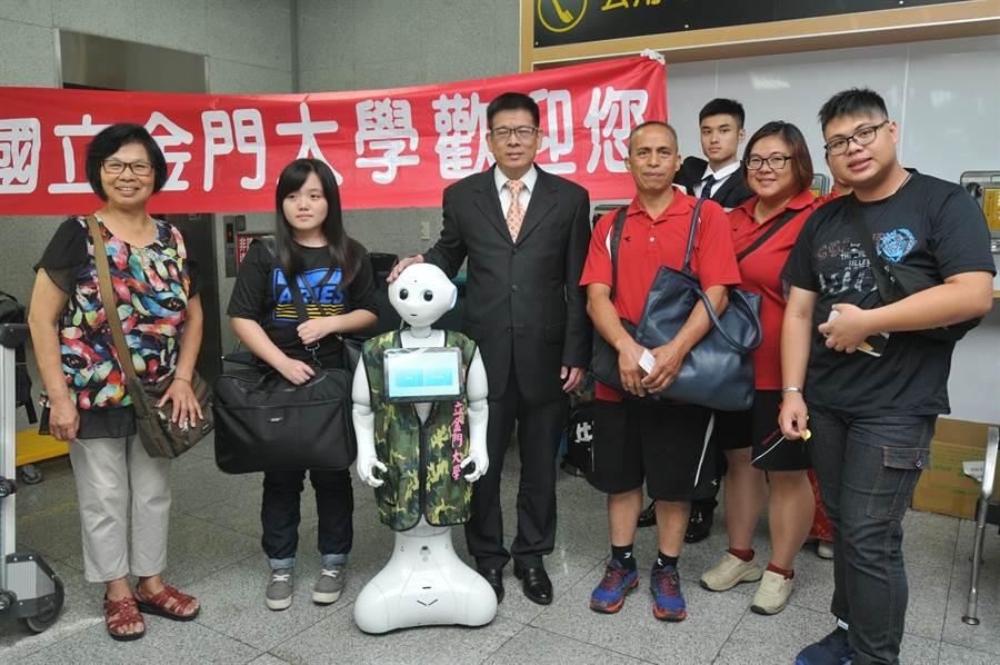 國立金門大學800位新生陸續跨海來到,陳建民校長偕智慧機器人「金小讚」在機場迎接。(李金生攝)