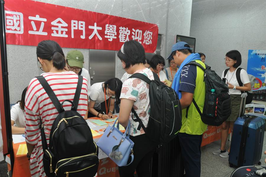 金大師生在尚義機場展開持續8小時的接機迎新活動。(李金生攝)