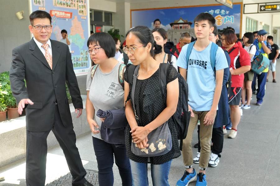 陳建民校長親自迎接新生和家長來到,送上滿滿的溫馨關懷。(李金生攝)