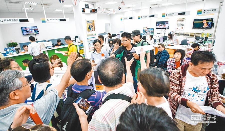 繼499之亂後,中華電再推488元學生吃到飽方案,範圍擴增至公私立教職員。圖為中華電信499元之亂,民眾爭搶叫號登記。(本報資料照片)