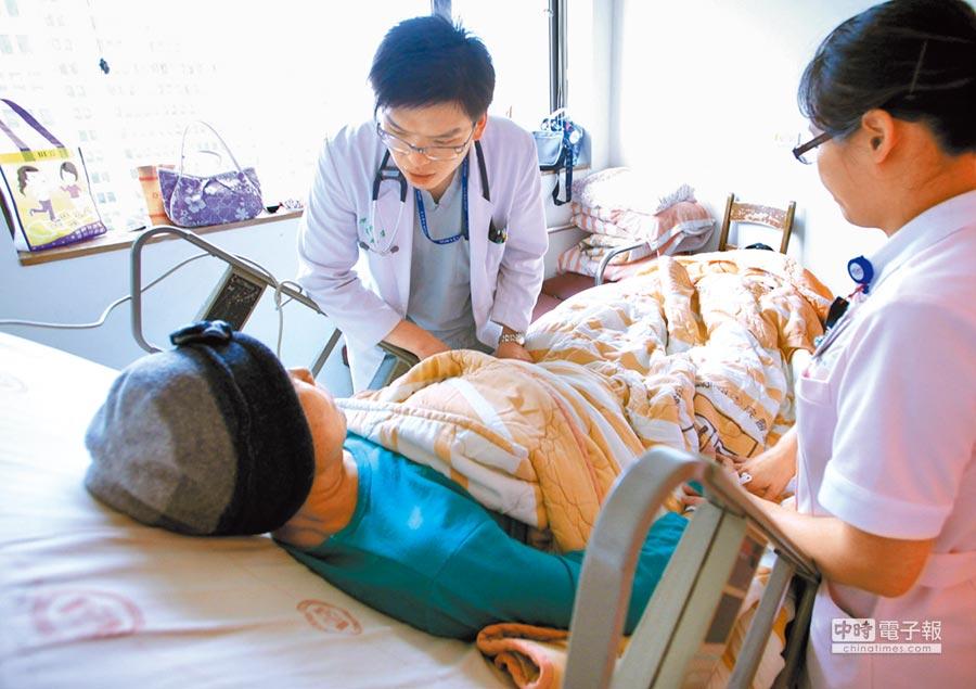 癌症末期患者常無藥可用而面臨生命終點,國內衛福部為顧及重症患者需求,將於本周四正式開放細胞治療,並擴大適用範圍。(本報資料照片)