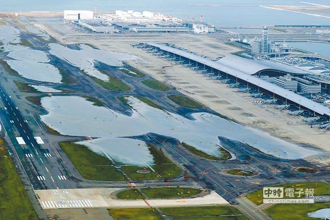 關西國際機場大淹水,5日的空拍照可見積水漸消。(法新社)