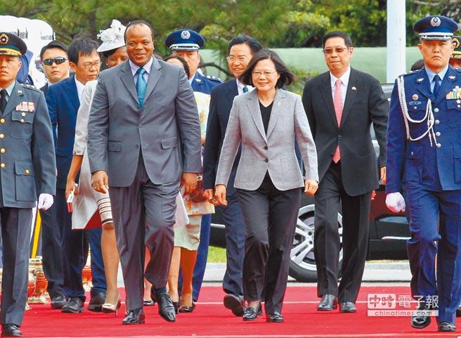 蔡英文總統(右三)6月8日在總統府前廣場,以隆重軍禮歡迎率團來訪的史瓦帝尼王國的國王恩史瓦帝三世(左二)。(本報系記者陳信翰攝)