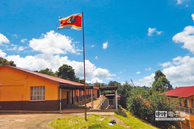 史瓦帝尼國旗在墨巴本一所公立學校飄揚。(CFP)