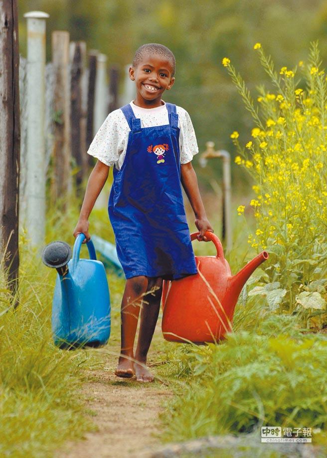 史瓦帝尼女孩提著水罐打水。(CFP)
