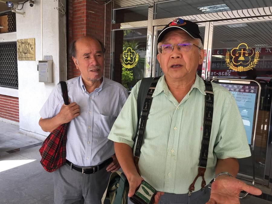 台灣建國工程隊成員郭建國(右)持乙炔毀損蔣公銅像,蔡丁貴稱讚「他比我勇敢」。(李文正攝)