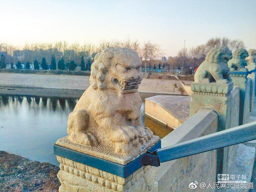 網友稱北京通州區八里橋上的石獅子疑似被翻新,且修復後「變兇」。(取自微博@人民網北京頻道)