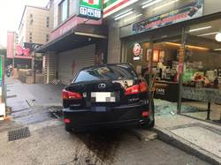 自小客車失控撞超商  駕駛棄車逃逸