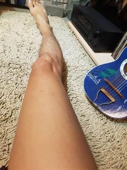 嚇到腿軟!OL躺床滑手機 床底露出一隻腳!