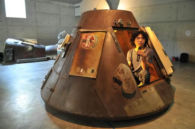 草屯鎮毓繡美術館舉辦《帶我去月球》特展,新銳藝術家李承亮以電器打造太空艙,帶領觀者模擬登月。(廖肇祥攝)