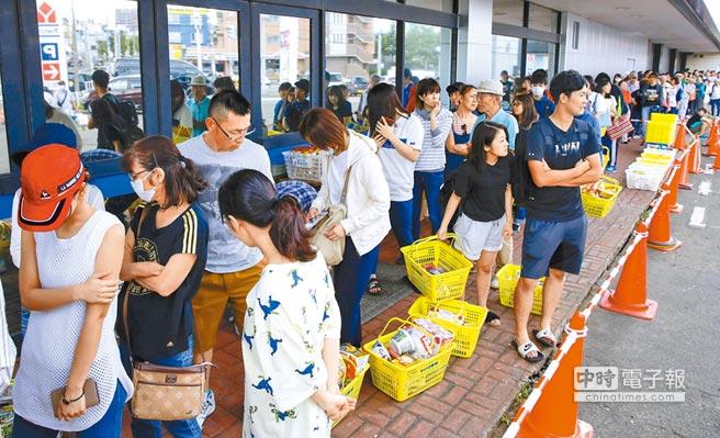 日本北海道大地震導致對外交通中斷和大規模停電,引起居民生活品質大幅度下降。居民們未雨綢繆,在超級市場外排隊採買各項生活必須品。(路透)
