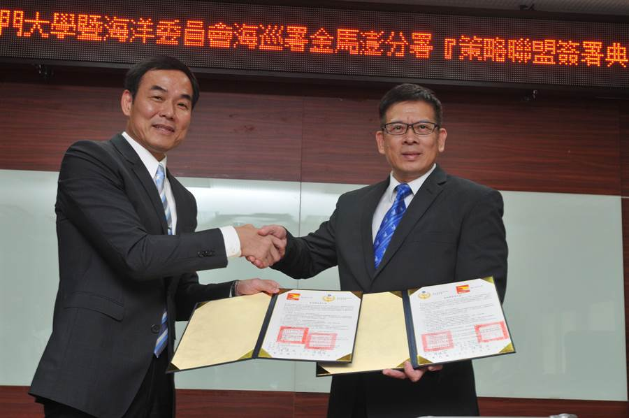 金大校長陳建民(右)與廖德成分署長(左)代表雙方簽署合作意向書。(李金生攝)