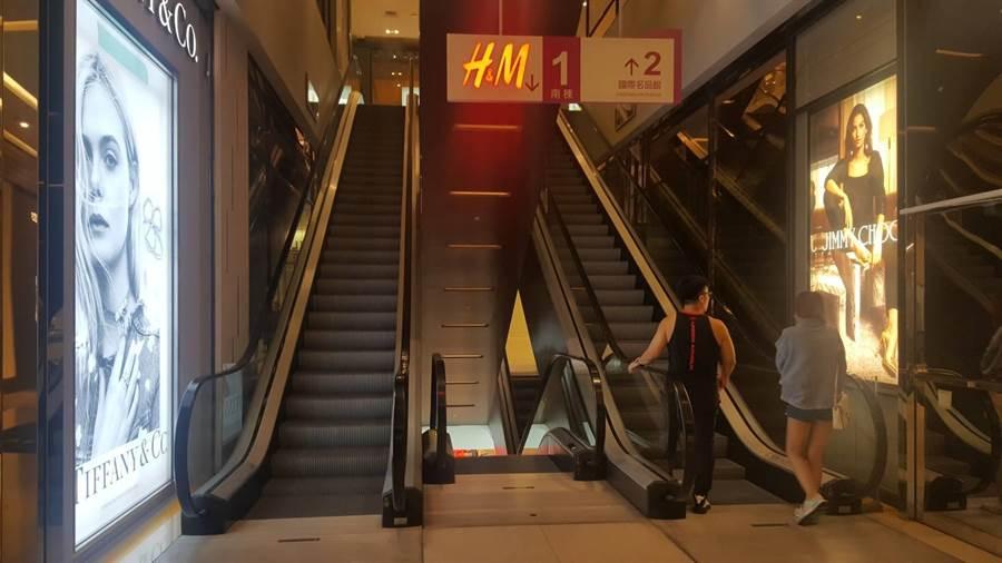 大遠百疑似因發電機故障造成停電,館內部分手扶梯、電梯受影響。(張妍溱攝)