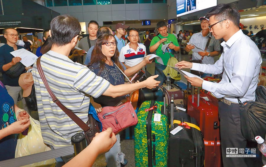 受到7級強震影響,日本新千歲機場封閉。在桃園機場準備赴北海道的旅客旅程泡湯,旅行社人員也忙著發放班機取消證明,讓旅客可以方便辦理後續手續。(陳麒全攝)