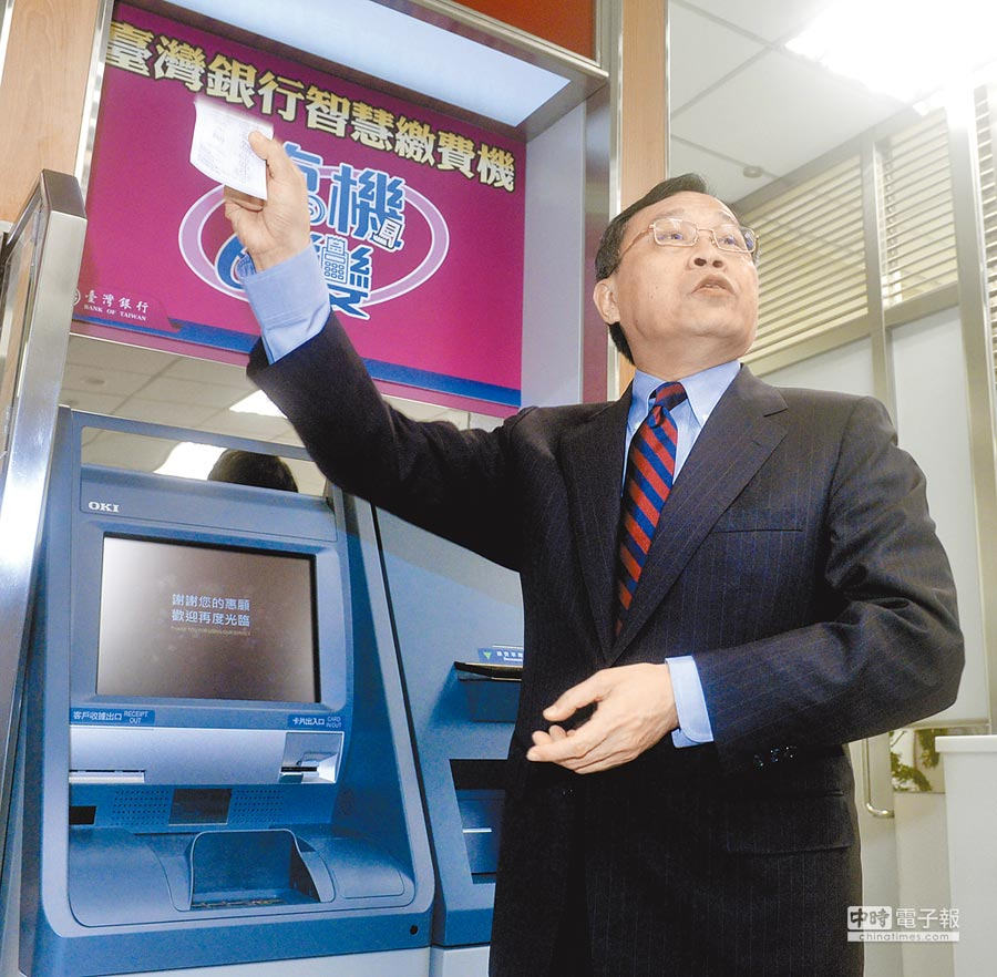 台灣銀行董事長呂桔誠5日宣布推出「智慧繳費機」,提供客戶以現金或金融卡繳交各項稅費。(顏謙隆攝)