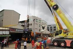卡洞一天半 台南利南街60噸大吊車8日下午吊起