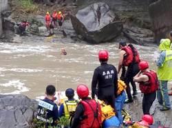 嘉義大雨遇溪水暴漲  連雲瀑布3法國人受困溪床獲救