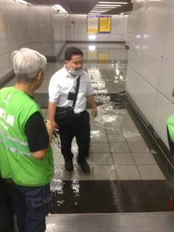 北市大雷雨 雨水從捷運大安站出入口樓梯傾洩而下