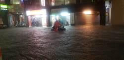 暴雨狂襲 基隆市區水淹半個輪胎變汪洋