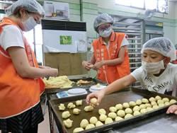 展翼烘焙坊月餅訂單 僅往年1/3 志工連續4年助製作月餅