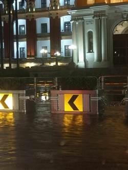 總統府前也淹水 民眾不解:為啥這個黨執政會到處淹水?