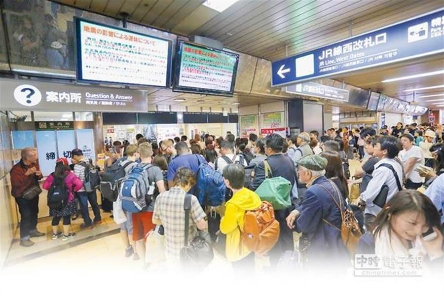 强颱、地震重创日本,驻日代表谢长廷昨搭机飞抵札幌,协助处理。乘客在札幌火车站,等待火车恢復运行。(法新社)