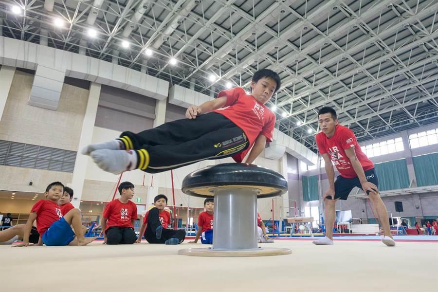 亞運金牌鞍馬王子李智凱擔任一日教練傳承夢想。(華南銀行提供)