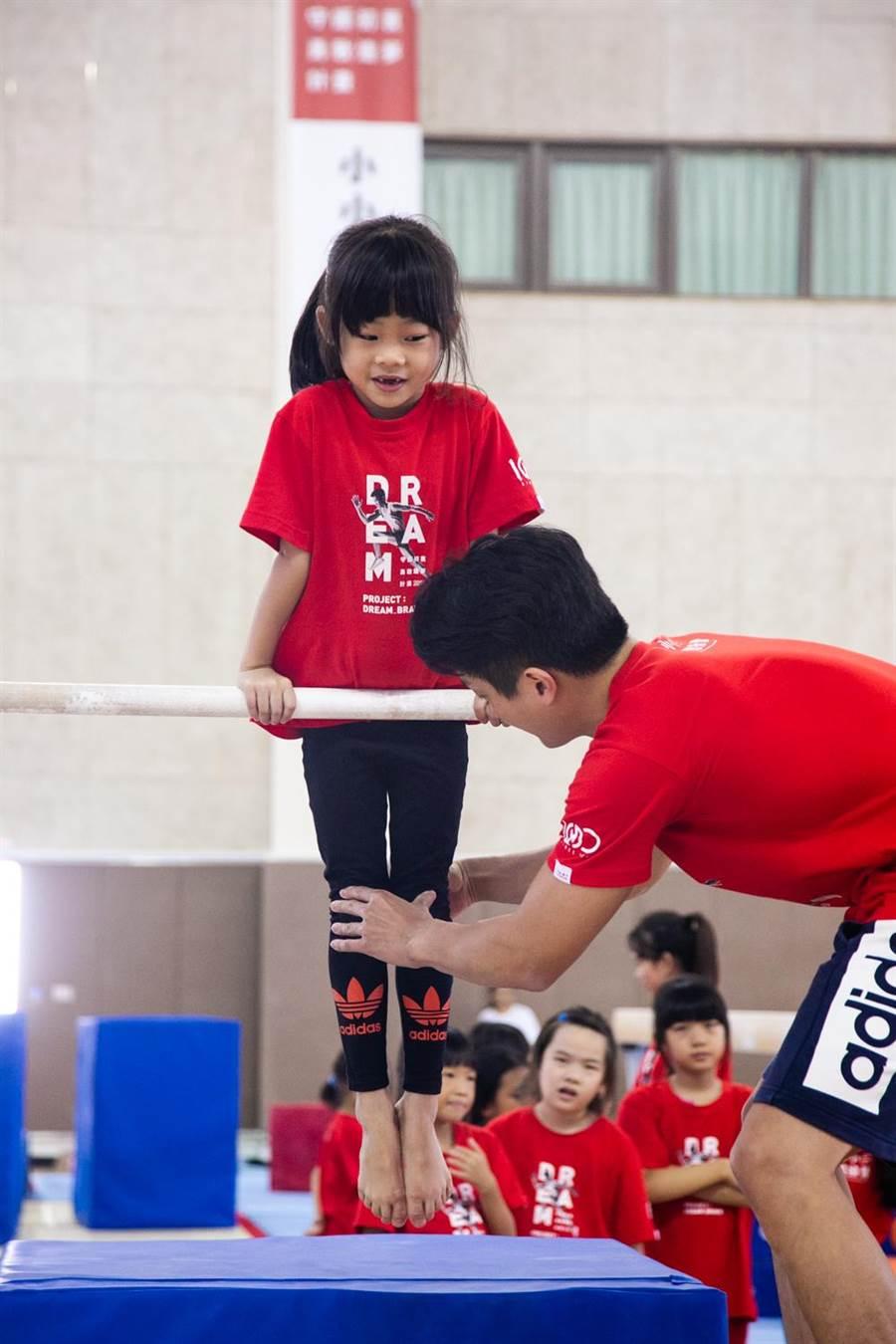 國家隊教練指導小小選手們。(華南銀行提供)