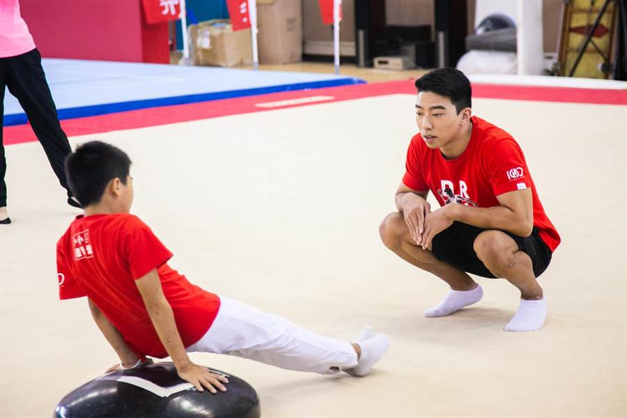 代言人黃克強親自指導小小選手們。(華南銀行提供)