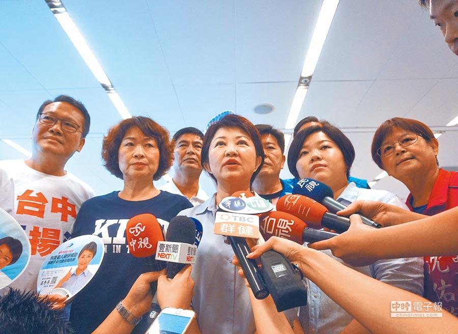 國民黨台中市長參選人盧秀燕(中)7日對台中市長林佳龍提告表示,「歡迎提告,等他提告等很久了!」(盧金足攝)