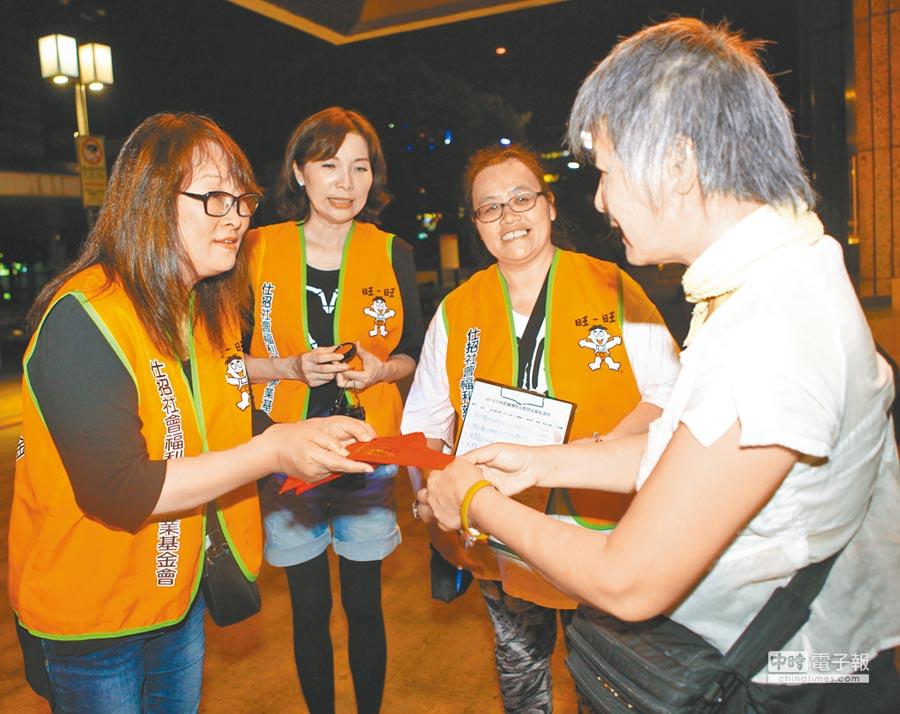 仕招社福慈善基金會在旺旺志工支援下,前往台北車站周邊發放中秋慰問金給街友,讓街友備感溫暖。(張立勳攝)