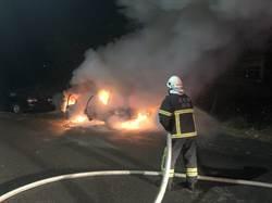 車內燒炭變火燒車 輕生男被火烤爬出車外