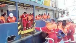 印尼籍船隻大浪中故障  海巡驚險救出18人