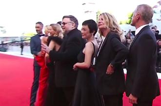 威尼斯影展閉幕紅毯 張艾嘉貼心喚吉勒摩戴托羅「站C位」